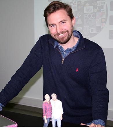 Aleksander Langmyhr sammen med en 3D statue av seg selv og kjæresten.