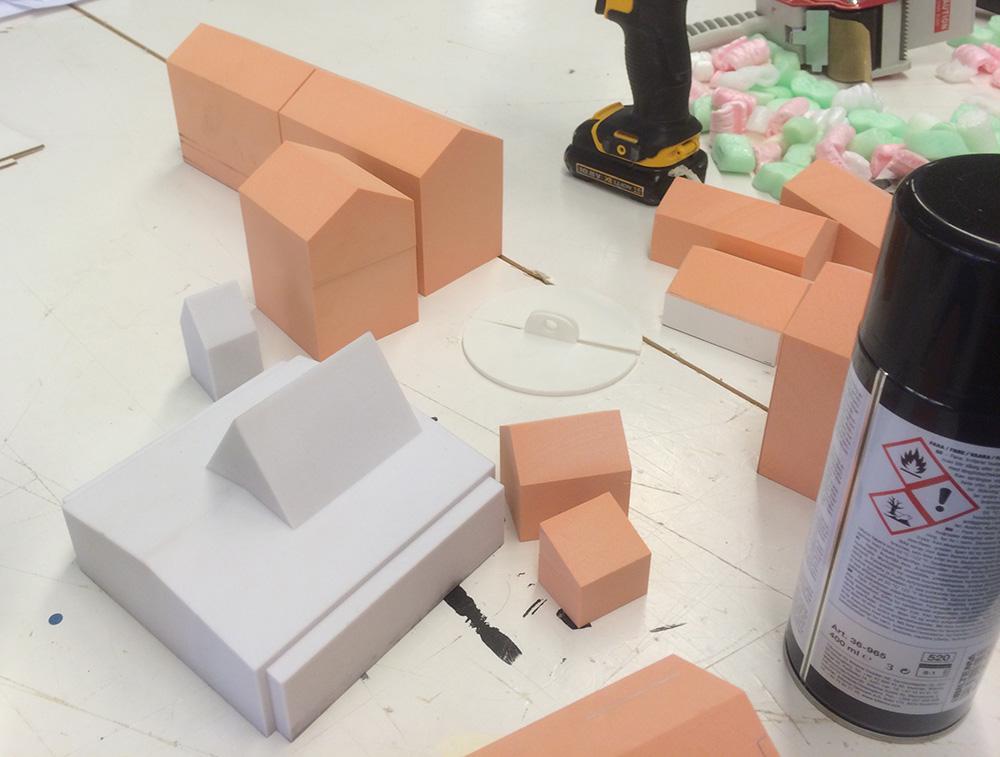 De fargede modellhusene er tradisjonelt produsert, det hvite 3D-printet.