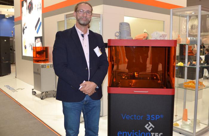 Pär Nobring administrerende direktørfor r.a.p.s., EnvisionTECs svenske agent, ved siden av forgjengeren til nylig lanserte Hi-Res Vector 3SP.
