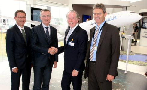 Ledelsen i Airbus og Stratasys tar hverandre i hånden.