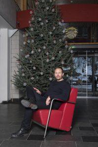 Torbjørn Anderssen i Anderssen & Voll foran Maihaugens juletre 2016. Foto: Camilla Damgård / Maihaugen